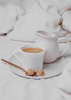 Hoge hoek van koffie in de ochtend met suikerklontjes