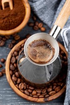 Hoge hoek van koffie op tafel