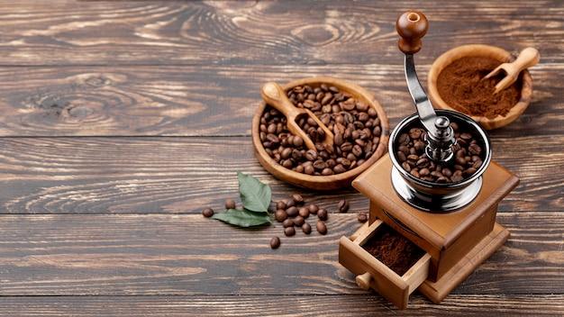Hoge hoek van koffieconcept op houten lijst