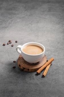 Hoge hoek van koffiekopje met pijpjes kaneel en exemplaarruimte