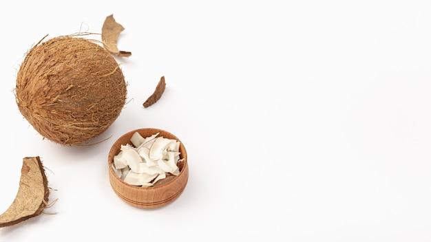 Hoge hoek van kokosnoot met kopie ruimte