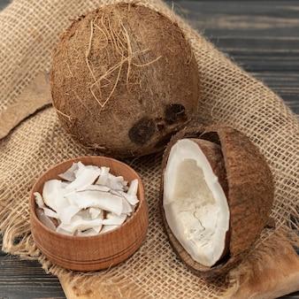 Hoge hoek van kokosnoot op jute
