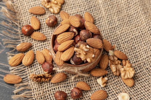 Hoge hoek van kom met amandelen en andere noten