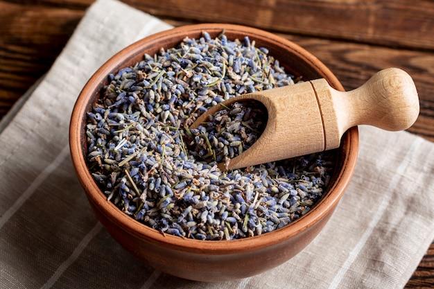 Hoge hoek van kom met lavendel en lepel