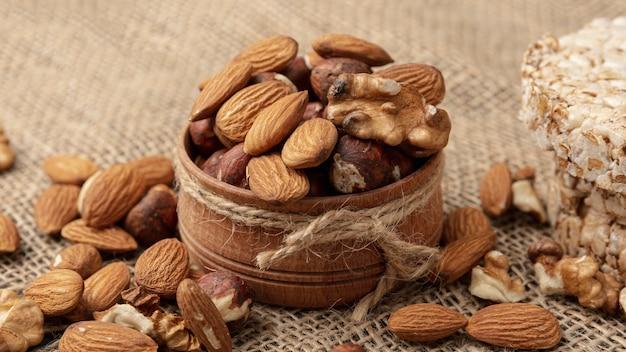 Hoge hoek van kom met walnoten en andere noten