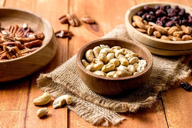 Hoge hoek van kommen met pinda's en walnoten