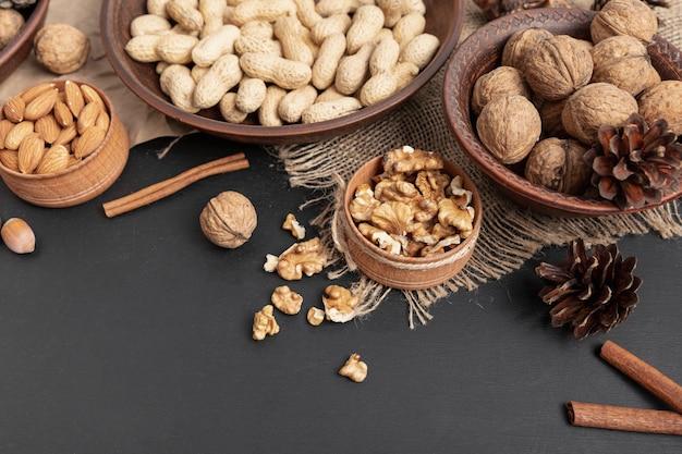 Hoge hoek van kommen met walnoten en andere noten