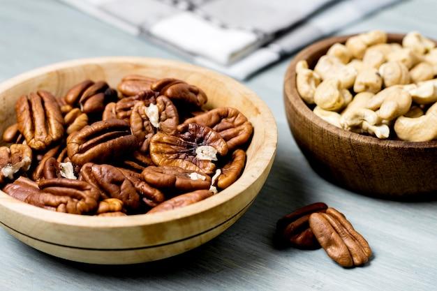 Hoge hoek van kommen met walnoten en cashewnoten