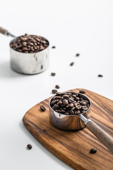 Hoge hoek van kopjes met koffiebonen