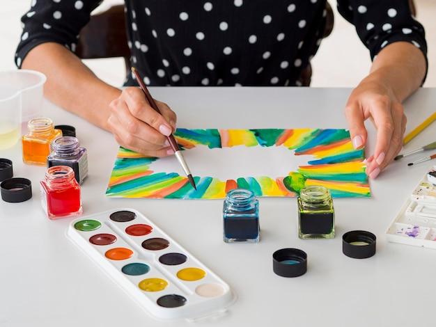 Hoge hoek van kunstenaar die waterverf gebruikt om te schilderen