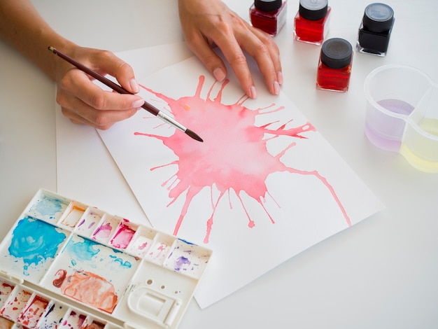 Hoge hoek van kunstenaar schilderen in aquarel
