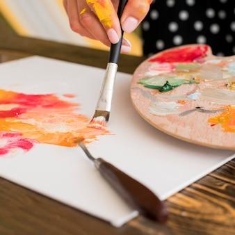 Hoge hoek van kunstenaarsschilderkunst