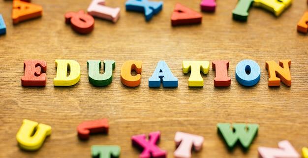 Hoge hoek van letters die onderwijs spellen