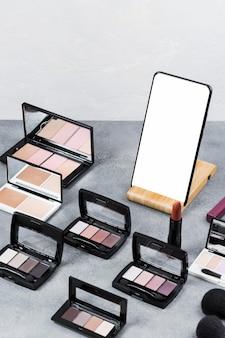 Hoge hoek van make-up op bureauconcept