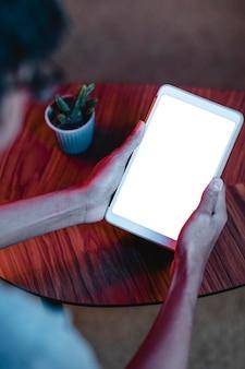 Hoge hoek van man met tablet