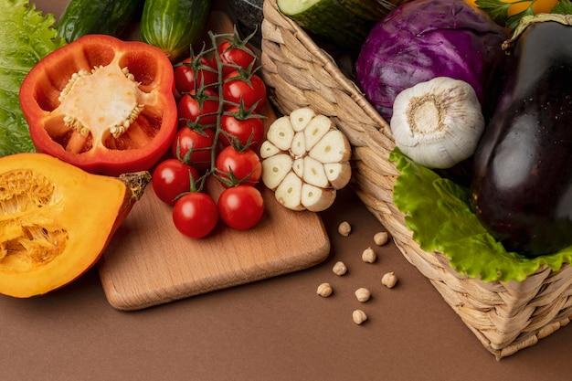 Hoge hoek van mand met biologische groenten
