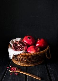 Hoge hoek van mand met herfst granaatappels en kopieer de ruimte