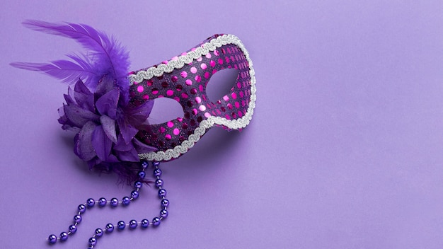 Hoge hoek van masker voor carnaval met kralen en veren