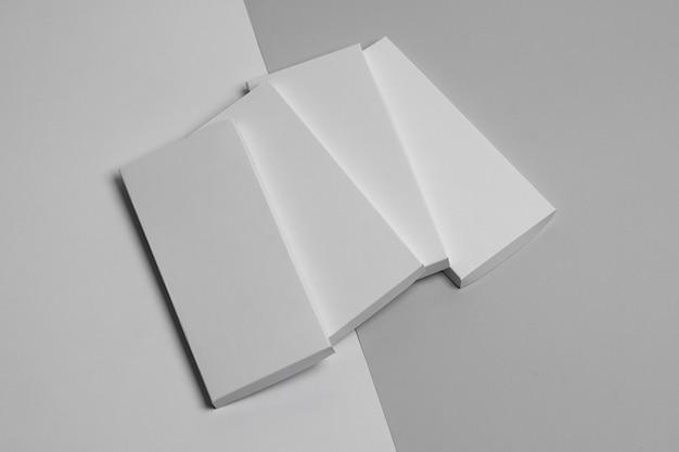 Hoge hoek van meerdere blanco chocoladerepen verpakking