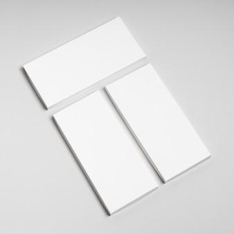 Hoge hoek van meerdere blanco chocoladerepenverpakkingen