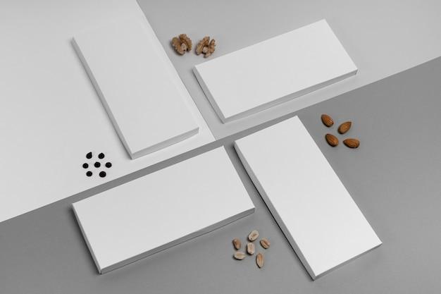 Hoge hoek van meerdere chocoladerepen verpakking met noten