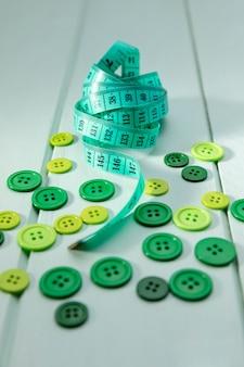 Hoge hoek van meetlint en groene knoppen
