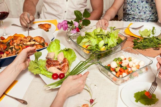 Hoge hoek van mensen die van diner genieten