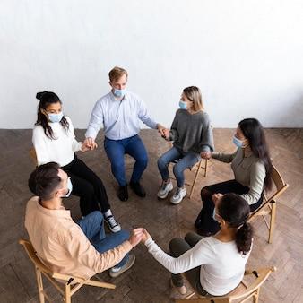 Hoge hoek van mensen in groepstherapiesessie