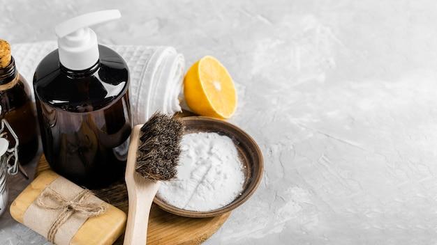 Hoge hoek van milieuvriendelijke schoonmaakmiddelen met zeep en exemplaarruimte