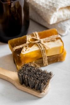 Hoge hoek van milieuvriendelijke schoonmaakproducten met zeep en borstel