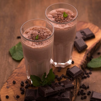 Hoge hoek van milkshakeglazen met munt en chocolade
