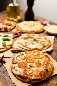 Hoge hoek van minipizza op houten lijst