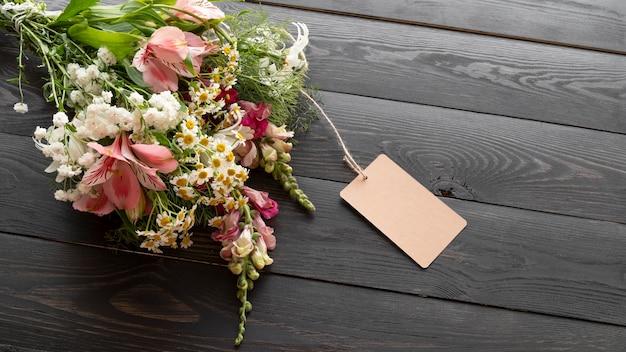 Hoge hoek van mooi bloemenboeket met tag