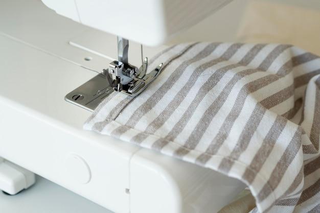 Hoge hoek van naaimachine en textiel