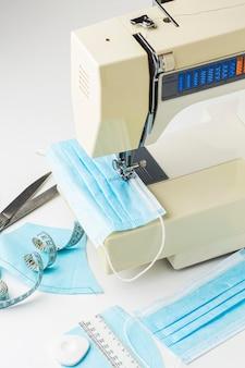 Hoge hoek van naaimachine met medische maskers