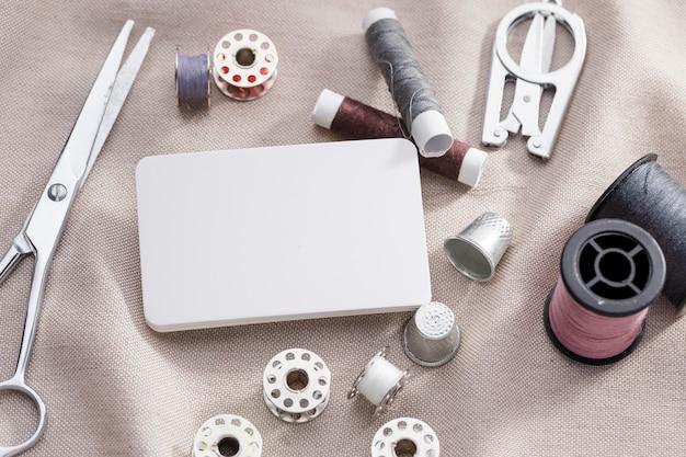 Hoge hoek van naaimachineshuttles met draadspoelen en schaar