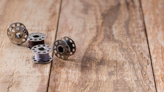 Hoge hoek van naaimachineshuttles met exemplaarruimte