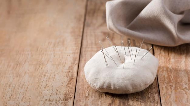 Hoge hoek van naalden met textiel en kopieer ruimte