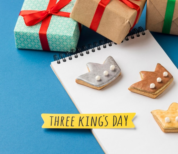 Hoge hoek van notebook met drie kronen voor epiphany-dag