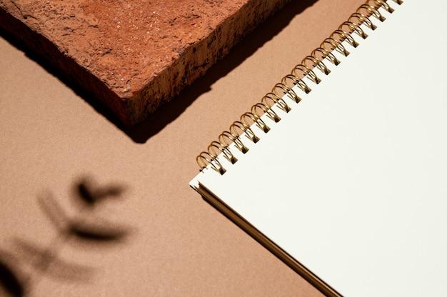 Hoge hoek van notebook met schaduw van bladeren