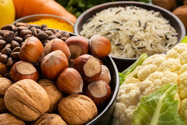 Hoge hoek van noten en bloemkool