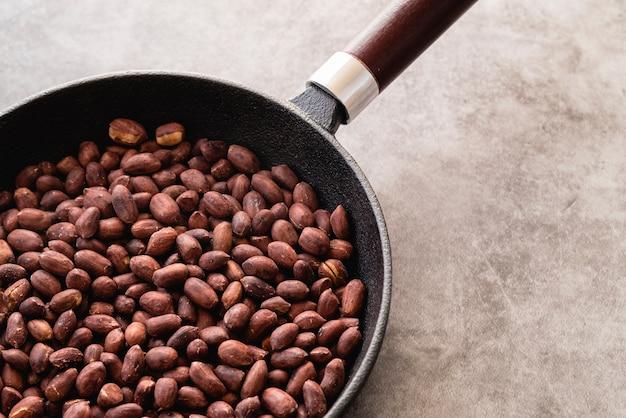 Hoge hoek van noten in de pan