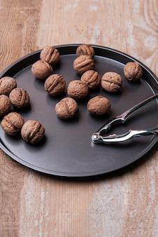 Hoge hoek van noten in lade