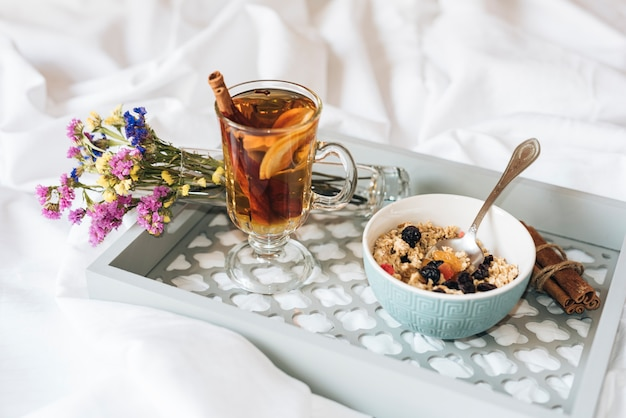 Hoge hoek van ontbijt op bed