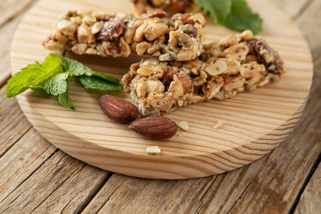Hoge hoek van ontbijtgranenrepen met noten