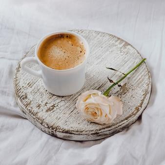 Hoge hoek van ontbijtkoffie met roos