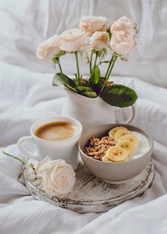Hoge hoek van ontbijtkom met rozen