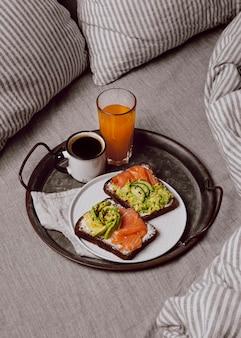 Hoge hoek van ontbijtsandwiches met zalm en avocado