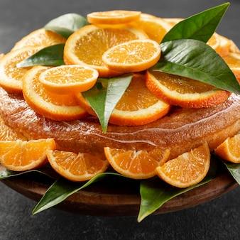 Hoge hoek van oranje cake met bladeren