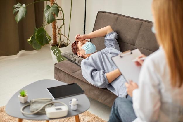Hoge hoek van oudere vrouw met medisch masker in covid-revalidatie